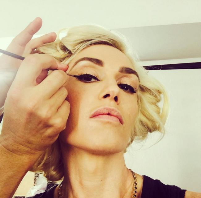 434ed_Gwen-Stefani-Makeup-Application